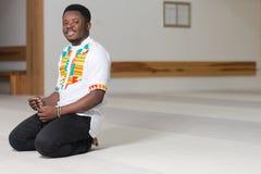 Retrato de un hombre del africano negro en mezquita Fotos de archivo libres de regalías
