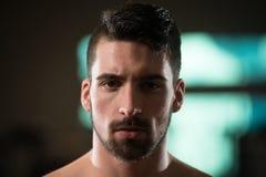 Retrato de un hombre deportivo joven con la barba imagen de archivo