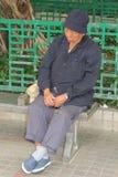 Retrato de un hombre durmiente mayor en Hong-Kong Imagen de archivo