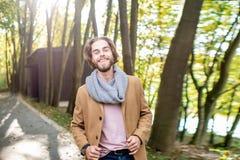 Retrato de un hombre elegante en el bosque imagen de archivo libre de regalías