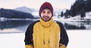 Retrato de un hombre en el medio del paisaje, mirando derecho a la cámara y a la sonrisa grandes él tiraba cerca almacen de video