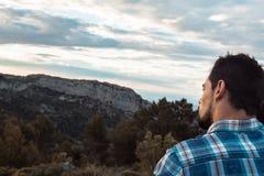 Retrato de un hombre en el perfil que mira un paisaje foto de archivo libre de regalías