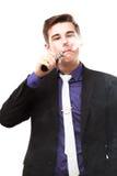 Retrato de un hombre en el traje que fuma un e-cigarrillo Fotos de archivo libres de regalías