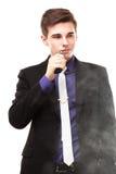 Retrato de un hombre en el traje que fuma un e-cigarrillo Imagen de archivo