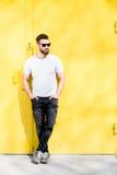 Retrato de un hombre en fondo amarillo foto de archivo libre de regalías
