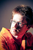 Retrato de un hombre en un workwear anaranjado sucio Fotos de archivo libres de regalías