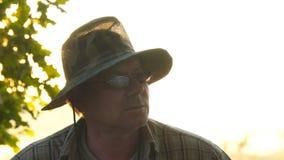 Retrato de un hombre en vidrios oscuros y sombrero protector de color caqui almacen de metraje de vídeo