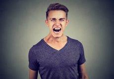 Retrato de un hombre enojado que grita Foto de archivo libre de regalías