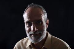 Retrato de un hombre envejecido medio en negro fotos de archivo libres de regalías