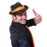 Retrato de un hombre feliz que muestra los pulgares para arriba en el fondo blanco Fotografía de archivo libre de regalías