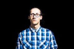 Retrato de un hombre fresco joven con los dreadlocks con gafas Imagen de archivo libre de regalías