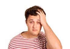 Retrato de un hombre gritador que lleva a cabo su cabeza en la desesperación hombre emocional aislado en el fondo blanco foto de archivo libre de regalías