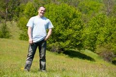 Retrato de un hombre hermoso al aire libre en un campo Foto de archivo libre de regalías