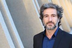 Retrato de un hombre hermoso con el pelo gris que mira a la cámara Foto de archivo