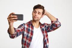 Retrato de un hombre hermoso joven que toma un selfie Foto de archivo libre de regalías