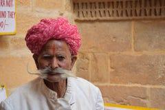 Retrato de un hombre indio envejecido no identificado con los bigotes y el turbante rojo tradicional en Jaisalmer, Rajasthán - la Fotografía de archivo