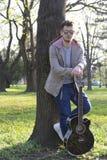 Retrato de un hombre joven al aire libre Fotos de archivo