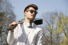 Retrato de un hombre joven al aire libre Imágenes de archivo libres de regalías