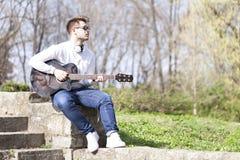 Retrato de un hombre joven al aire libre Imagen de archivo