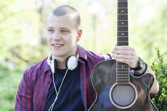 Retrato de un hombre joven al aire libre Fotos de archivo libres de regalías
