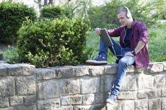 Retrato de un hombre joven al aire libre Imagenes de archivo