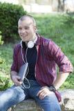 Retrato de un hombre joven al aire libre Foto de archivo