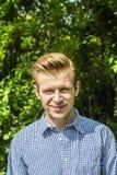 Retrato de un hombre joven alegre Fondo con el espacio para el texto Imagen de archivo