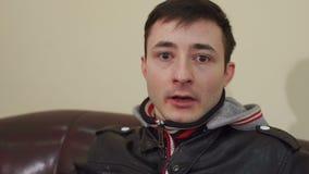 Retrato de un hombre joven asustado, cámara lenta almacen de video