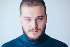 Retrato de un hombre joven barbudo hermoso Imagenes de archivo