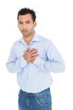 Retrato de un hombre joven casual con dolor de pecho Fotografía de archivo