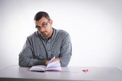 Retrato de un hombre joven con el diario y las tijeras Fotografía de archivo libre de regalías