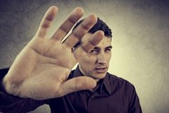 Retrato de un hombre joven con la mano aumentada que no hace no más de gesto fotos de archivo libres de regalías
