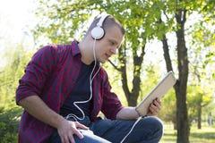 Retrato de un hombre joven con la tableta al aire libre Fotos de archivo libres de regalías