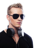 Retrato de un hombre joven con los auriculares Foto de archivo