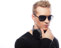 Retrato de un hombre joven con los auriculares Imagen de archivo libre de regalías