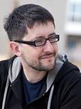 Retrato de un hombre joven con los vidrios que desgastan de la barba Fotografía de archivo