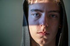 Retrato de un hombre joven con sudadera con capucha Imagenes de archivo