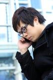 Retrato de un hombre joven con un teléfono Imagen de archivo libre de regalías