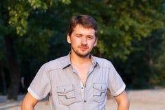 Retrato de un hombre joven en una playa Imágenes de archivo libres de regalías
