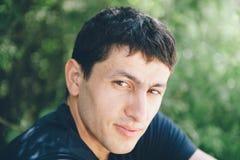 Retrato de un hombre joven hermoso Imagen de archivo