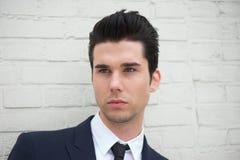 Retrato de un hombre joven hermoso en traje de negocios foto de archivo