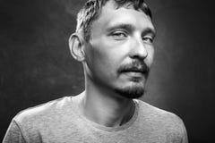 Retrato de un hombre joven hermoso, imagen blanco y negro, vista delantera del primer imagen de archivo libre de regalías