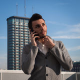 Retrato de un hombre joven hermoso que habla en el teléfono Imagen de archivo
