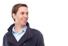 Retrato de un hombre joven hermoso que ríe y que mira lejos Imagenes de archivo