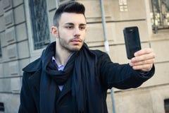Retrato de un hombre joven hermoso que toma un selfie Fotografía de archivo