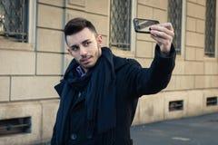 Retrato de un hombre joven hermoso que toma un selfie Foto de archivo libre de regalías