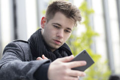 Retrato de un hombre joven hermoso y atractivo al aire libre Imagen de archivo libre de regalías