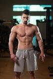 Retrato de un hombre joven muscular físicamente cabido imagen de archivo