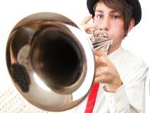 Retrato de un hombre joven que toca su trompeta Imagenes de archivo