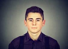 Retrato de un hombre joven serio Fotografía de archivo libre de regalías